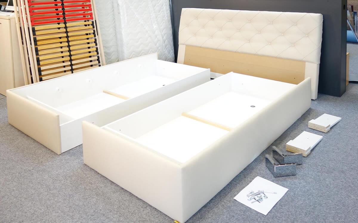Soucásti čalouněné postele před montáží